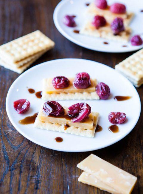 Geroosterde druiven op kaas en toast met gereduceerde balsamico dressing