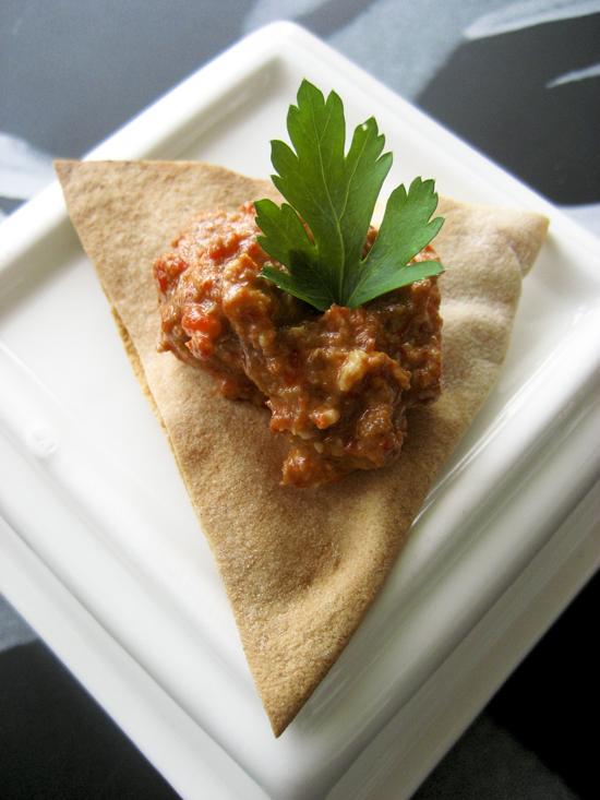 Gebakken pita snacks met geroosterde peper dip